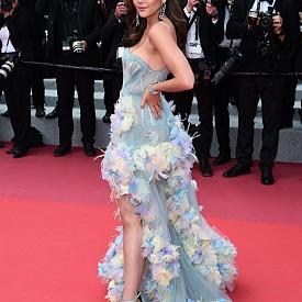 Арая Харгейт във Versace Atelier