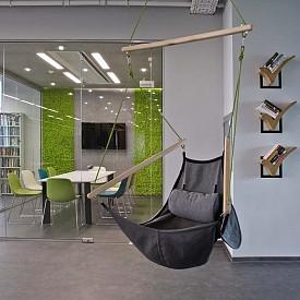 """Във въздуха: Студио ATG Design използва и това """"ничие"""" пространство с помощта на люлка за удобно посядане. Книгите са на една ръка разстояние– в оригиналните стенни етажерки!"""