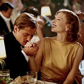"""""""АВИАТОРЪТ"""" - ОСКАР ПРЕЗ 2005 Г, ХУДОЖНИК ПО КОСТЮМИТЕ – САНДИ ПАУЪЛ  Биографичната драма на Мартин Скорсеза за Хауърд Хюз се развива през 30-те години в Холивуд. Освен Хюз във филма фигурират още няколко реални персонажа – Кейт Бланшет е в ролята на Катрин Хепбърн, с която Хюз е имал роман. Гуен Стефани е в ролята на Джин Харлоу, а Ава Гарднър е изиграна от Кейт Бекинсейл. Всяка от тях е прелестна с костюмите, създадени от Санди Пауъл."""