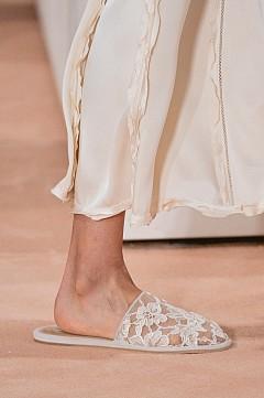 Обувки без пета  На ток те изглеждат много стилно, но без ток са далеч по-удобни. Модата всяка година се обръща все повече към комфорта, а обувките без пета на ниска подметка много напомнят на ориенталските пантофки. Представяме си ги с дрехи в небрежен шик, но не прекалявайте с небрежността, за да не изглеждате сякаш сте излезнали по чехли от вкъщи.