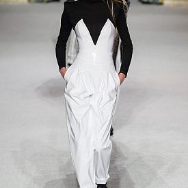 ВЕЗНИ: Моментните настроения може да доведат до желание често да променяте стила на обличане и дори ще ви накара да правите генерални промени във външния си вид. Смело може да експериментирате, но винаги включвайте и класическите комбинации като дрехи в черно и бяло.