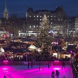 """Базел, Швейцария  Базелският Коледен базар на площад """"Барфюсер"""" е най-големият в Швейцаиря и може да се похвали с най-дългата осветена коледна улица в Европа. Нагъсто една до друга са наредени общо 180 сергии. Тук се продава всичко и за всеки вкус-от дървени играчки и вегански продукти до индийско ръкоделие."""