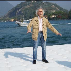 Кристо тества как плоскостите се люлеят по вълните в езерото Исео, октомври 2015 г.