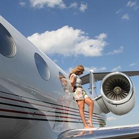 Бионсе подарява за рожденния ден на Джей Зи през 2012 година самолет Бомбардие Челинджър 850 за 50 милиона долара.