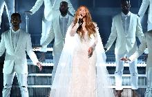 Бионсе като секси ангел на сцената на Grammy