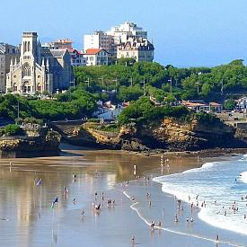 БИАРИЦ, ФРАНЦИЯ  Това е известна туристическа дестинация в югозападна Франция и още преди векове печели славата си на луксозно място. В такова го превръщат френския чар на прекрасните плажове на Бискайски залив на Атлантическия океан. Един от най-известните хотели е Hotel du Palais, построен през 19 век за императрица Йожени. Биариц е известен и като европейския рай за сърфистите.