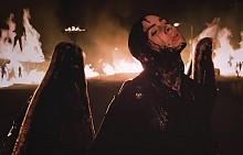 Били Айлиш е в ролята на тъмен ангел в новото си видео