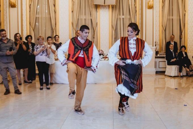 Младоженците в народни носии играят ръченица