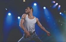 """""""Бохемска рапсодия"""" разказва за времето от сформирането на Queen в началото на 70-те до знаменитото им участие на концерта Live Aid през 1985 г. Вижте как Фреди Меркюри и Queen се превърнаха в легенди, надникнете в техните лични отношения и се насладете отново на великата им музика. В кината."""