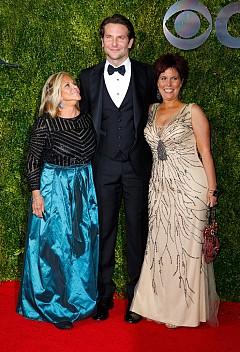 Брадли Купър с майка си и сестра си