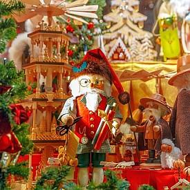 """Брюге, Белгия  Коледният базар в Белгия се порвежда на """"Гроте маркт"""". С празничната си украса целият средновековен град споделя коледното настроение. Светещи гирлянди красят фасадите на сградите, а файтони предлагат романтична разходка из празнично осветения град."""