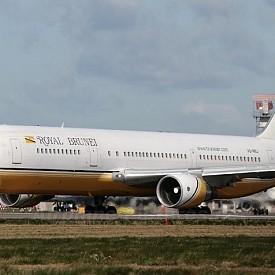 Султанът на Бруней е горд собственик на изключително луксозен самолет - Боинг 747-430. Той е единствен по рода си и е закупен от Негово Величество чрез Луфтханза за около 100 милиона долара.