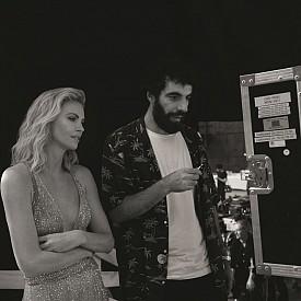 Чарлийз Терон с режисьора на клипа Ромен Гаврас