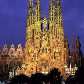 Това е базилика-храм на Светото Семейство. Автор на първия проект е Франсиско дел Виляр, но през 1883 г. работата е поел Антонио Гауди, който внася силни изменения. Сградата е построена единствено с дарения на хората и изключително с приходи от пожертвования – близо 25 милиона евро на година. Предвидено е изграждането на сградата, което е започнало миналия век, да завърши през 2026 г.