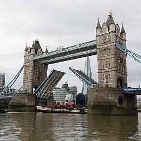 """Подвижният мост над река Темза в сърцето на Лондон е построен през 1886 г. Дизайнът на моста е доста специфичен, което предизвикало много спорове в архитектурните среди. Известният британски архитект и критик Хенри Хеткоут Стейтъм дори се е изказал, че """"тази архитектура е на прага на безвкусицата и претенциозността"""""""
