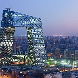 Стъкленият небостъргач е централният офис на Националната телевизия в Китай. Архитекти на сградата са Рем Колхас и Оле Шарен. Сградата представлява особена пръстеновидна хоризонтална и вертикална конструкция, която образува неправилна решетка с празен център. Строежът е завършен през 2009 г. и в същата година в сградата става голям пожар, който почти напълно разрушил близкия хотел.