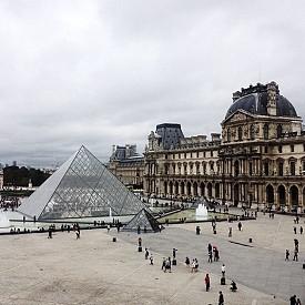 """Огромната стъклена пирамида насред кралския дворец е наричана от парижани """"белегът на лицето на Париж"""". Проектът на конструкцията е създаден от американския архитект с китайски произход Бей Юймин и е построена за 4 години – от 1985 до 1989 г. Самата конструкция тежи 180 тона. Споровете за построяването й се водят и до днес, но има един факт, който е невъзможно да бъде отречен – музеят е една от главните визитни картички на Париж."""