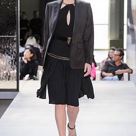 Малката черна рокля, която е идеална за коктейли и партита