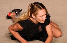 Кандис падна на подиума по време на ревюто на Givenchy SS16 в Ню Йорк