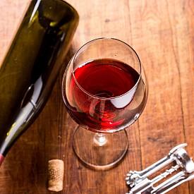 КАБЕРНЕ СОВИНЬОН + ЧЕДЪР Съчетанието на плодове и ядки е класика, затова залагаме на вино с аромат на дребни червени плодове и сирене с нотки на ядки.