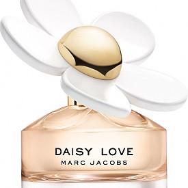 Daisy Love на Marc Jacobs е сладък и цветен аромат, който започва с кристлизирана дива къпина. В сърцето откриваме пудрени цветни листчета от маргаритки (виждаме ги и на флакона), които се смесват с кашмирен мускус и плавей за деликатна и запомняща се основа.
