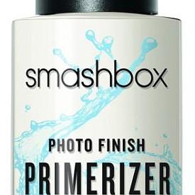 """Постигнете 24-часова хидратация само с Photo Finish Primerizer! Този 2-в-1 праймър изглажда кожата, като я уплътнява и подготвя за грим с помощта на ниацинамид, хиалуронова киселина и витамини. Със своите милиарди молекули вода в един флакон, тази лека формула се абсорбира моментално от кожата, увеличавайки хидратацията й със 127%. Леката, немаслена, бързосъхнеща формула е като магнит за грима, като """"заключва"""" фон дьо тена и го прави дълготраен. Нанесете една-две дози за по-мека и гладка кожа, без фини линии и запушване на порите с грим."""
