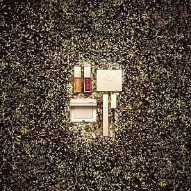 Лимитираната коледна колекция на Clarins комбинира блясък, сияние и цвят в 3 продукта: хайлайтър, златиста спирала за очи и олио за устни в блестящ червен нюанс.