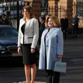 Десислава Радева със сако без ревери на посещение в Ереван