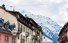 ШАМОНИ, ФРАНЦИЯ  Курортът е известен с това, че се намира под най-високия връх на Алпите – Монблан, и предлага много писти с прекрасна гледка към долината Шамони. Стръмните склонове и променливият климат обаче правят пистите на Шамони подходящи най-вече за напреднали скиори, които си падат по екстремните преживявания.