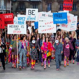 Когато жените имат нужда от подкрепа, дори модните дизайнери намират начин да защитят тяхната кауза (Chanel SS 2015)