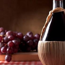 КИАНТИ + ПАРМЕЗАН Италианска хармония – виното е с лек танинов вкус, аромат на виолетка и ярък рубинен цвят, а сиренето е със сладък вкус и лек намек за плодове.