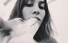 Алекса Чънг с кучето си Бъста