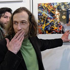 През очите на актьора Леонид Йовчев оживяха някои от 28-те провокативни снимки, приканващи посетителите да надскочат собствения си контекст и да погледнат отвъд видимото.
