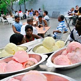 Кубинската държавна верига сладоледи е едно от местата, които трябва задължително да посетите!  Южна Америка е екзотична дестинация за всички европейци. За там сме свикнали да четем за спиращи дъха плажове, мексиканска кухня, страхотна музика, но не и за сладолед! Освен, че ще преобърне представите ви за всичко виждано и чувано до момента, Хавана ще ви нахрани и с вкусен сладолед!