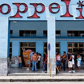 """Кубинската държавна верига за сладоледи """"Копелия"""" е любимо място на местните, така и на туристите. А статистиката сочи, че над 30 000 души дневно хапват сладоледа на """"Копелия"""",а заведението им в столицата е едно от най-големите в света с внушителните 1000 седящи места. Можете да откриете държавната сладоледена къща и във Варадеро и Санта Клара."""