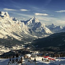 """Курортът е един от най-старите ски курорти в света. Кортина д'Ампецо е домакин на седмите зимните олимпийски игри през 1956 г., а Роджър Мур се спуска там във филма """"Само за твоите очи"""", част от поредицата за Джеймс Бонд. Предлага 70 писти с обща площ от 82 км, които се обслужват от 36 лифта. Подходящ е за всички нива скиори, като разполага и с писти за начинаещи, както и за сноубордисти. Курортът предлага и чудесна възможност за пазаруване – има над 200 бутика."""