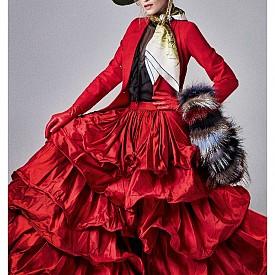 Риза и яке ZEYNEP OKMEN, пола CLOSH, чанта и обувки CHRISTIAN LOBOUTIN, ръкавици GIORGIO ARMANI (архив на стилиста), кожа PUNTO, шал HERMES, шапка SAPKACI