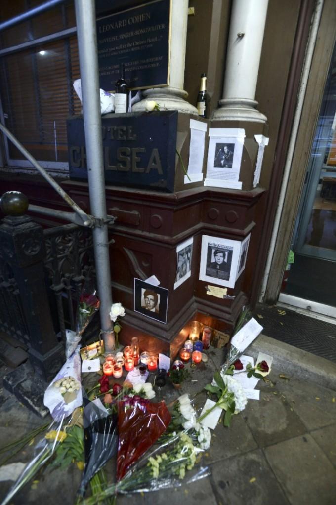 """След смъртта на Ленард Коен през 2016 г. негови почитатели обсипаха входа на хотел """"Челси"""" с цветя, свещи и писма"""