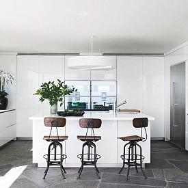 Кортни Кокс / Кухнята на актрисата е цялата в бяло, с винтидж столове  и с гледка към морето.