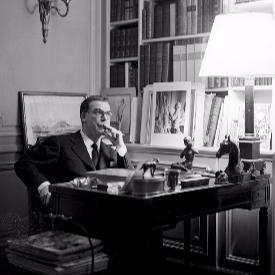 Кристобал Баленсиага в своето студио на Avenue Marceau в Париж, 1950г.