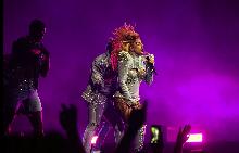 Лейди Гага заблестя в 550 000 кристала от Swarovski