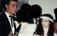 """Лори Алисън Лори е първата жена, която успява да заведе актьора до олтара. Джони е едва 20-годишен, когато казва заветното """"да"""" на приятелката си. Връзката им обаче продължава само две години и двамата се разделят през 1985 г."""