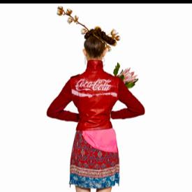 Модел от дамската линия на Desigual, вдъхновена от Coca-Cola