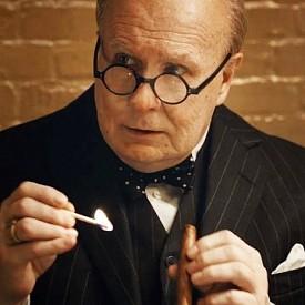 """""""Най-мрачният час"""" трябваше да се появи, за да може чудесният Гари Олдман да получи най-накрая своя """"Оскар"""". Истинската и много строго реконструирана история на първите решителни стъпки на Уинстън Чърчил като министър-председател на Великобритания, привлече публиката, въпреки че всички знаем какъв е краят на историята. Разбира се, това стана възможно благодарение на Джо Райт (""""Единение"""", """"Гордост и предразсъдъци"""") и страхотният актьорси екип."""