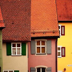 Целият исторически център на Динкелсбюл може да се нарече туристическа атракция. Къщите с многоцветни фасади и готически надписи съхраняват средновековения стил. Старата част на града е заобиколена от пръстен от крепостни стени с отбранителни кули.