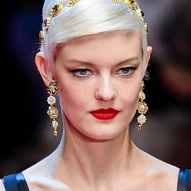 Лъв  Тази година всичко около вас ще блести, вие самите ще бъдете във вихъра на модните тенденции. Обърнете внимание на аксесоарите и особено на тези за глава – те ще допринесат много за личния ви стил и въздействие. Злато, злато, злато – това е вашата стихия и именно в нея ще бъдете неотразими.