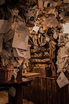 Гулаш в For Sale Pub:  Намира се срещу халите и винаги има опашка от хора, чакащи да опитат от най-вкусния гулаш в града. Мястото е приказно, уютно и романтично. Таванът и стените са отрупани със страници, изписани от хора от цял свят, които са оставили своите лични послания.