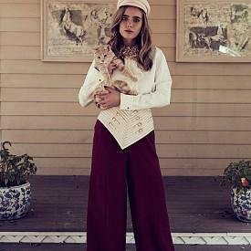 Риза и панталон LARO PIANA, обувки CHANEL, колан MARINA HOERMANSEDER,  колие NICOLE HAYDUGA, шапка MANOKHI
