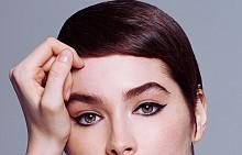 Късата прическа ала Туиги си отива перфектно с плътна черна котешка очна линия. Иначе, за да пресъздадете тази фризура, може да се наложи да използвате преса за идеално изправяне на косата. Не забравяйте да фиксирате с малко лак.