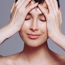 Тази коса с мокър ефект действа като магнит! Използвайте гел за коса, за да постигнете въпросния мокър ефект. Разрошете за още по-секси излъчване.